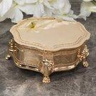 Dėžutė aukso spalvos, metalinė, apvali, su kojelėmis 4 h 10 w 8,5 d cm SP1946